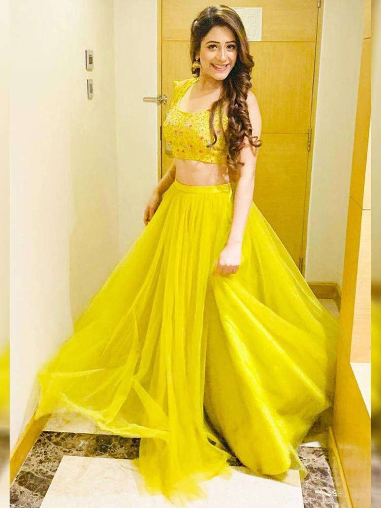 Buy Hiba Nawab Yellow Embroidery Net Party Wear Crop Top Lehenga With Dupatta Online From Ethnicplus For 1 349 00